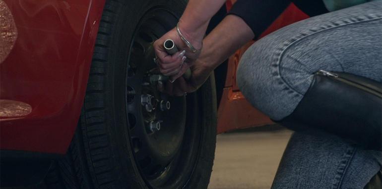 Как самому поменять колесо