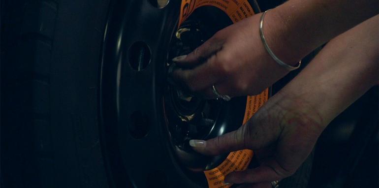 как поменять колесо на машине девушке