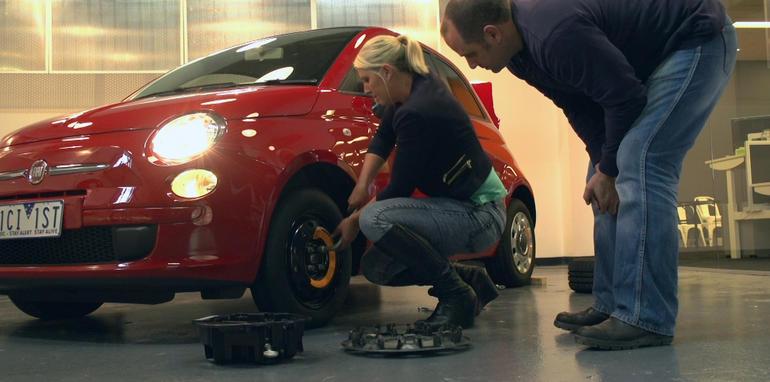 как поменять колесо на машине