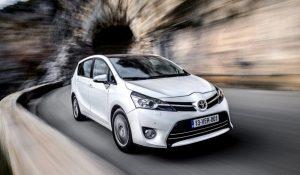 семейный автомобиль минивэн Toyota Verso
